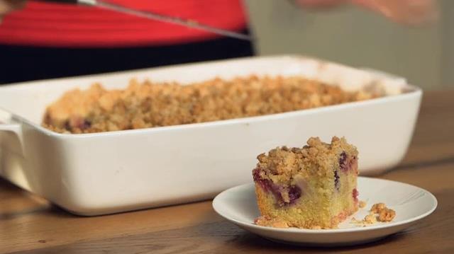 Crumb cake con pere e frutti di bosco