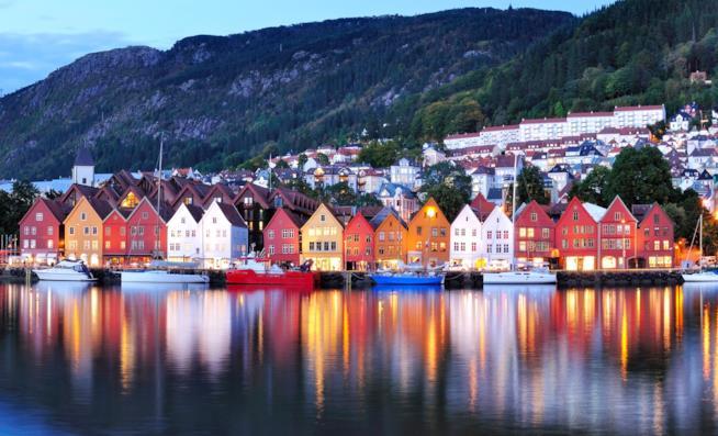 Vista sulle casette colorate sul mare della Norvegia sotto i fiordi