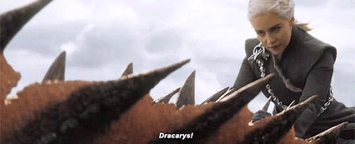 Dany su Drogon che grida Dracarys