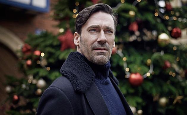Jon Hamm con l'albero di Natale alle spalle