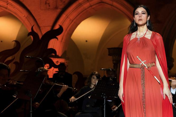Monica Bellucci in una scena della serie TV Mozart In The Jungle