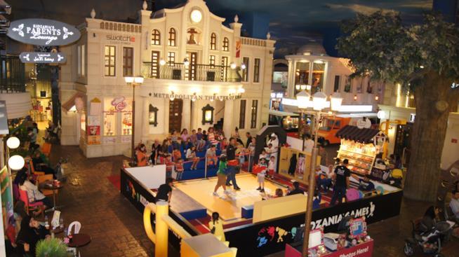 La piazza della città dei mestieri KidZania di Dubai