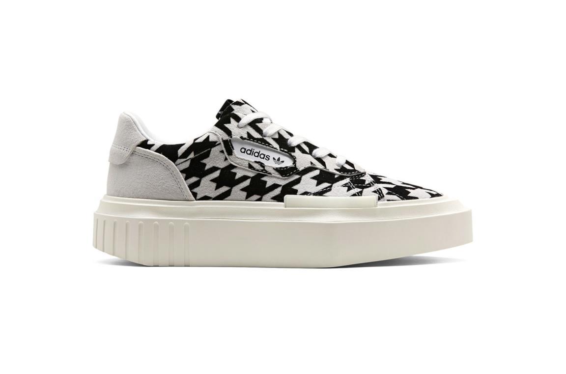 Sneakers Adidas modello Hypersleek con motivi geometrici bianchi e neri