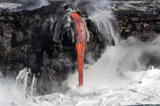 Tuffo di lava nelle acque oceaniche