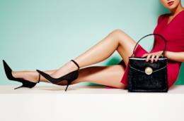 Modella distesa con abito corto e borsa