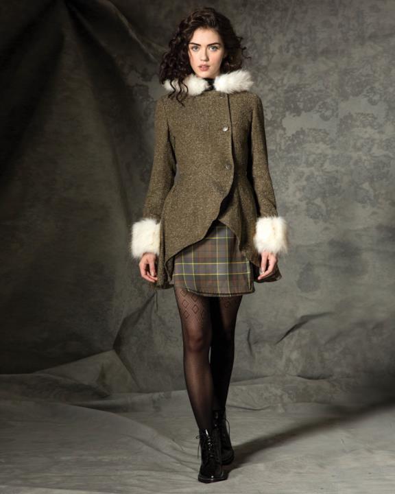 Collezione donna Outlander di Hot Topic: cappotto con bordi di pelliccia