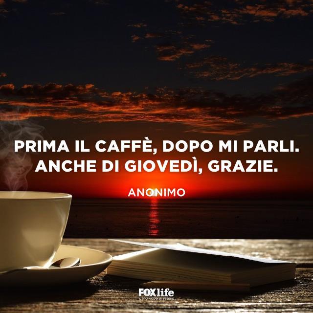 Tazzina di caffè su un tavolo all'alba