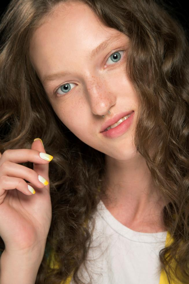 French manicure bianca con dettagli gialli