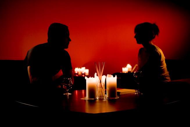 Uomo e donne a lume di candela