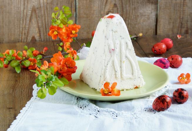 Primo piano della cassata realizzata a forma di piramide su tavolo da cucina di colore scuro