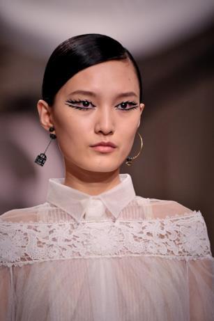 Trucco Dior e orecchini-gabbie nella sfilata Haute Couture
