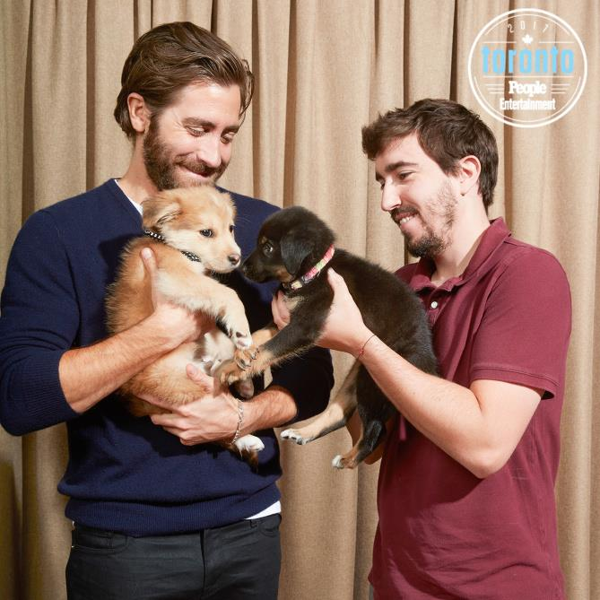 Jake Gyllenhaal e Jeff Bauman con in braccio un cucciolo