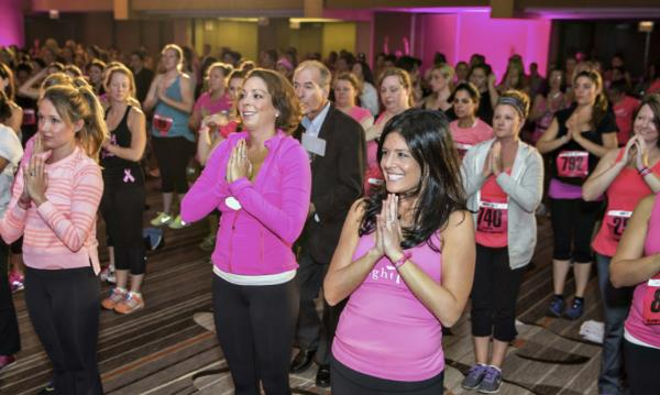Donne a un raduno Bright Pink