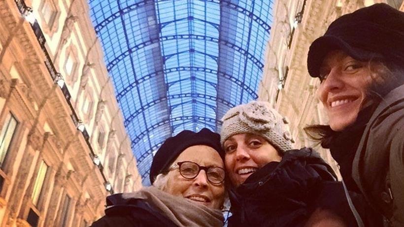Giulia Bevilacqua con madre e sorella alla stazione