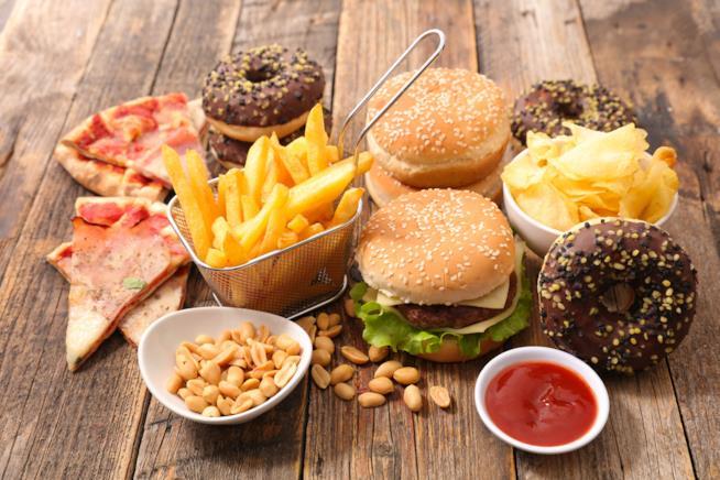 Insieme di alimenti che costituiscono una tavola con junk food