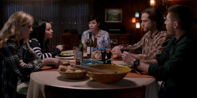 Claire, Alex, Jody e i Winchester a tavola