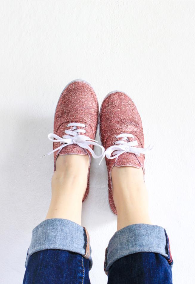 Primo piano delle scarpe con i glitter