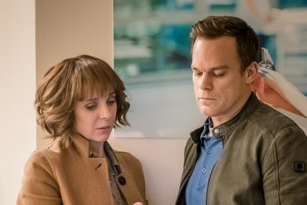 Amanda Abbington e Michael C. Hall in una scena di Safe