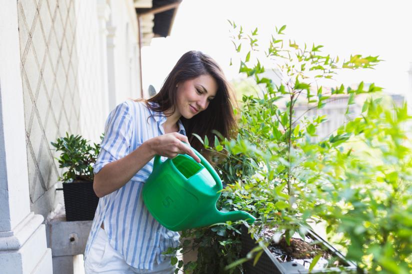 Una donna innaffia le piante