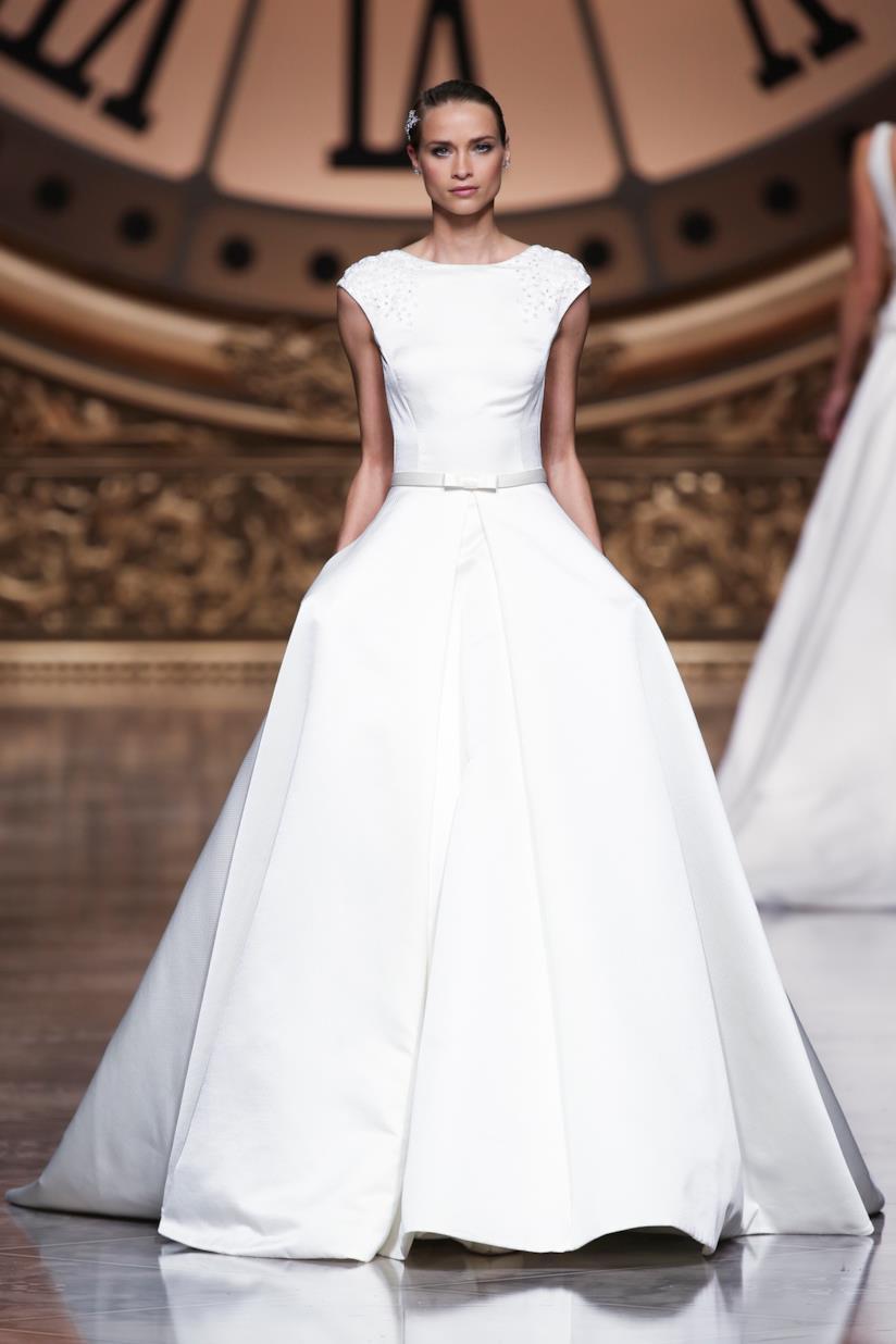 Ragazza con abito da sposa da principessa