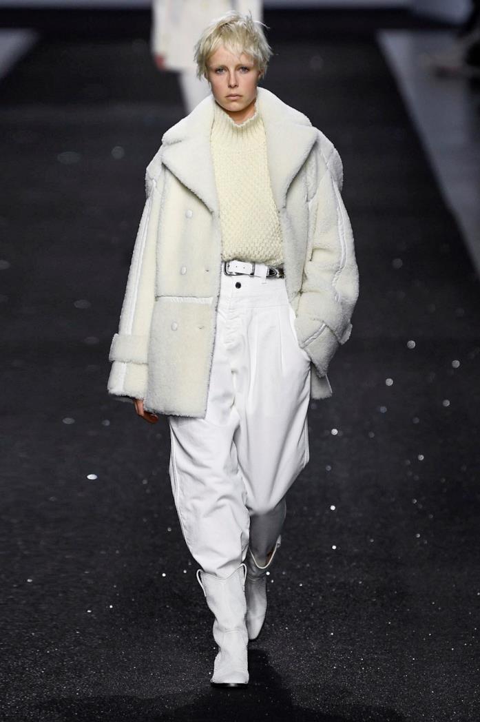 Un capo bianco, giacca e pantaloni della sfilata Alberta Ferretti