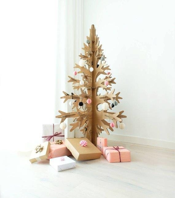Albero di Natale in cartone decorato