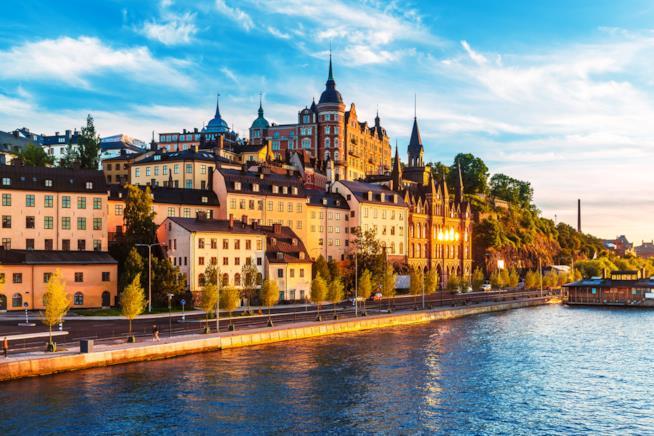 Immagine delle case svedesi affacciate sul fiume all'ora del tramonto