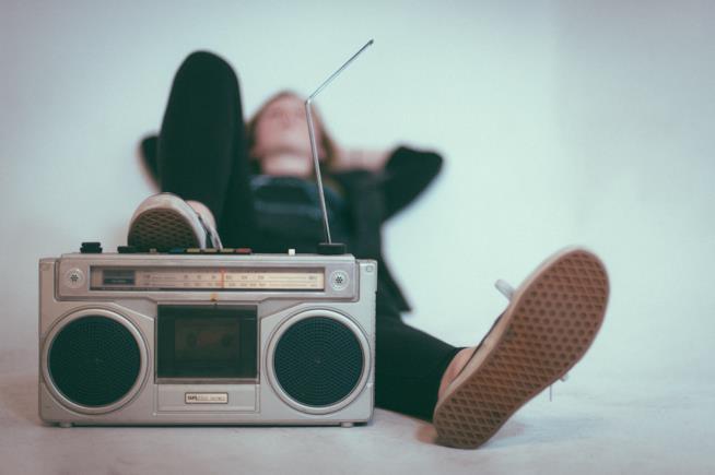 Ragazzo con uno stereo vintage