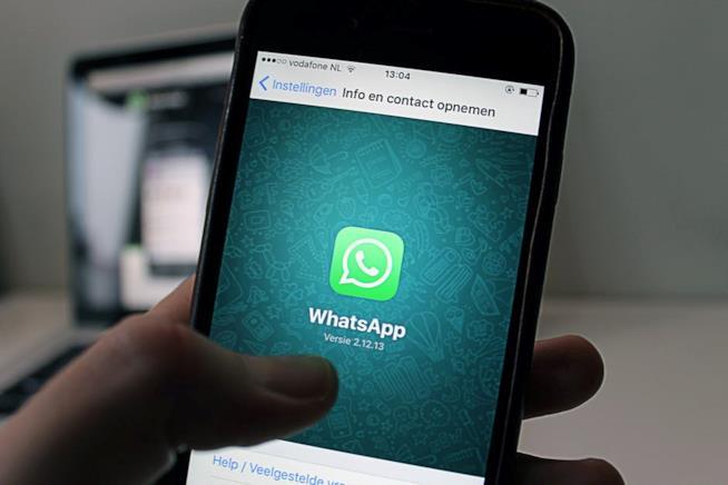 Uno smartphone con WhatsApp