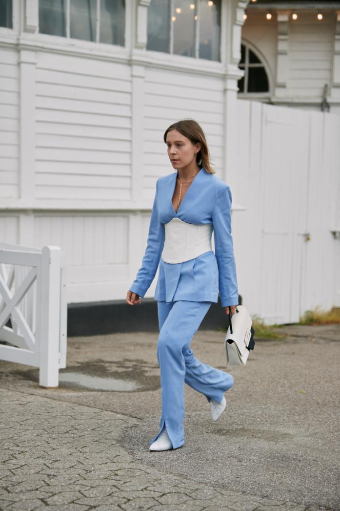 Completo azzurro abbinato a maxi cintura bianca e stivaletti