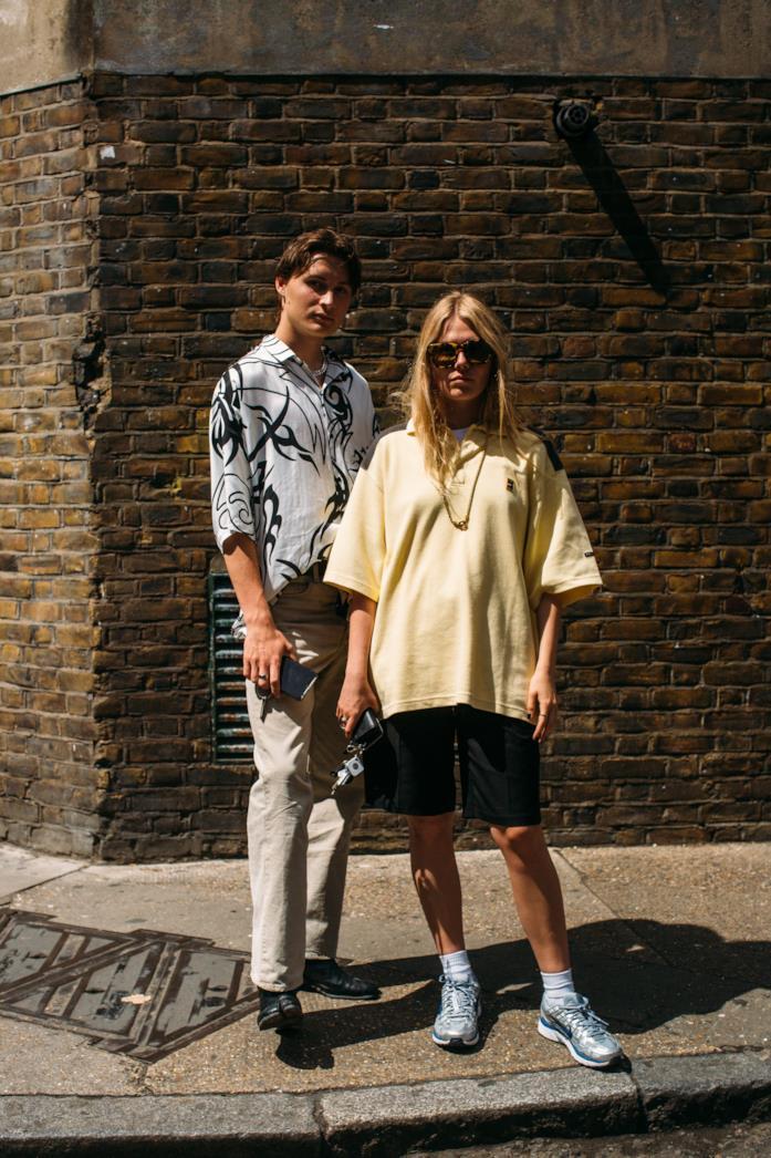 Outfit composto da t-shirt XXL dallo Street Style di Londra 2019