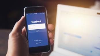 Uno smartphone aperto sull'applicazione di Facebook