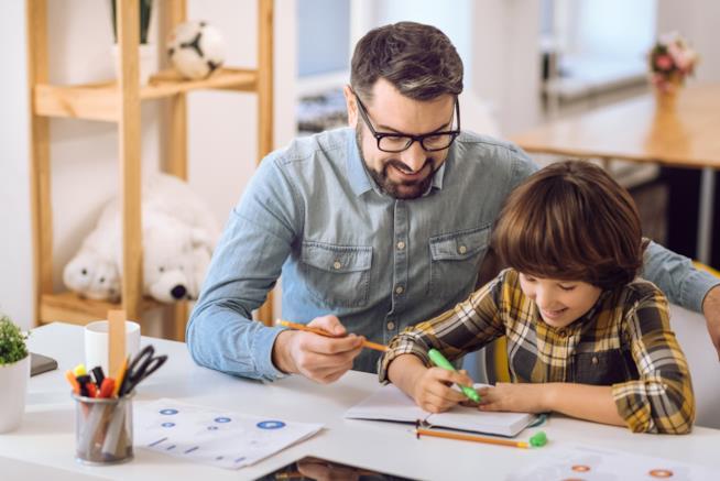 Padre e figlio alle prese con i compiti