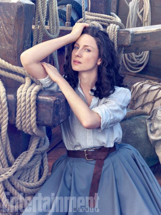 Claire pensierosa in posa sulla nave.