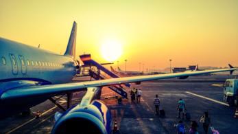 Un aereo imbarca passeggeri