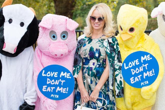 Pamela Anderson nel corso di un evento PETA