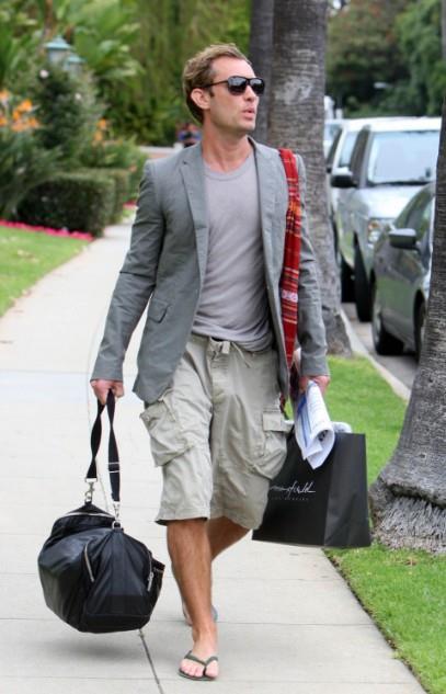 Jude Law con pantaloni corti e a pinocchietto