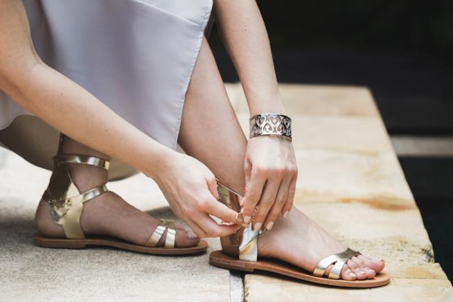 Sandali modello flat con cinturino estate 2018