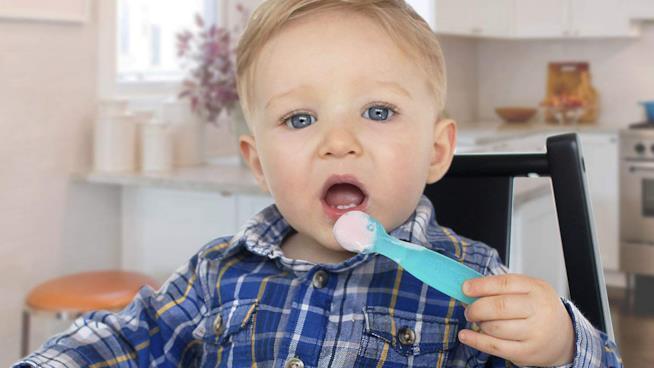 Cucchiaio con i buchi per insegnare ai bambini a mangiare da soli