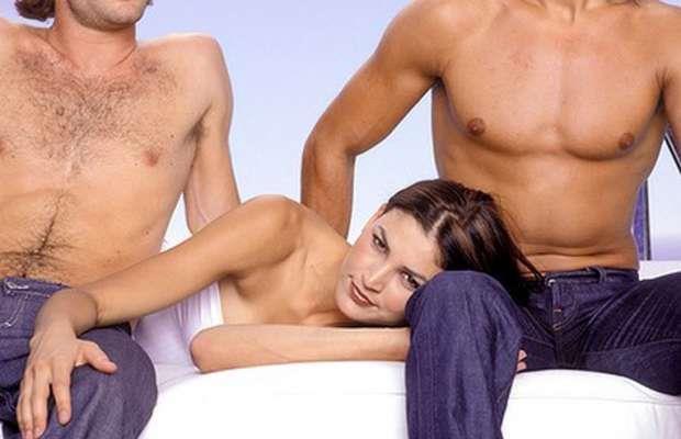 Una donna e due uomini: una fantasia migliore delle coccole