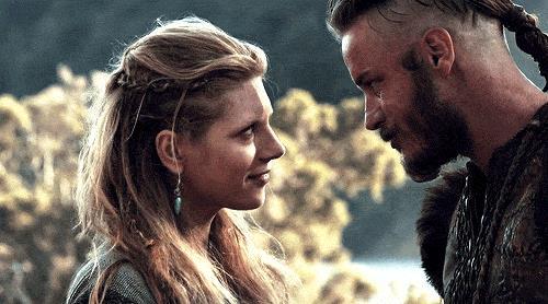 Travis Fimmel e Katheryn Winnick in Vikings