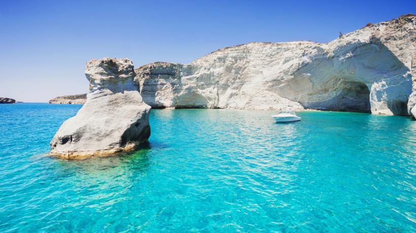 Milos, tra rocce sulfuree e un mare cristallino