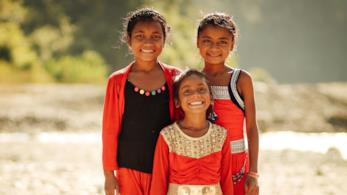 Ragazzine nepalesi che sorridono