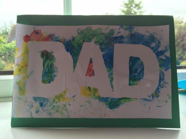 Cartolina dipinta con le dita con la scritta Dad