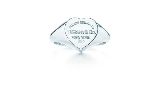 Un gioiello è sempre un oggetto molto apprezzato. I brand creano modelli per questa occasione ed alcuni permettono anche una personalizzazione