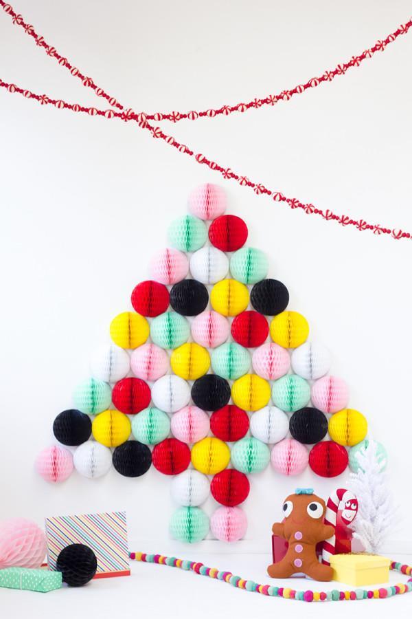 Albero di Natale creato con decorazioni a nido d'ape