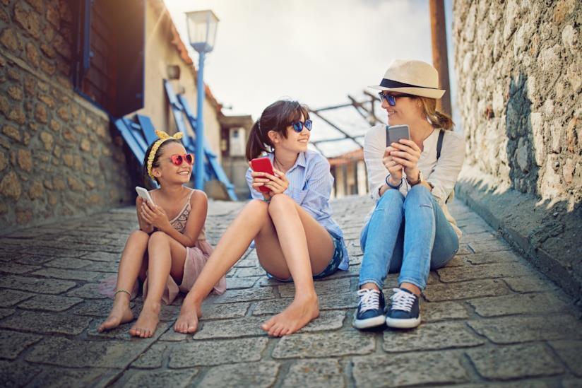 Mamma seduta con le due figlie