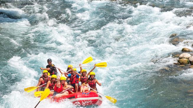 Un gruppo su un gommone affronta le rapide di un fiume