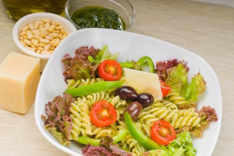 Fusilli freddi al pesto, pinoli, parmigiano, olive e verdure