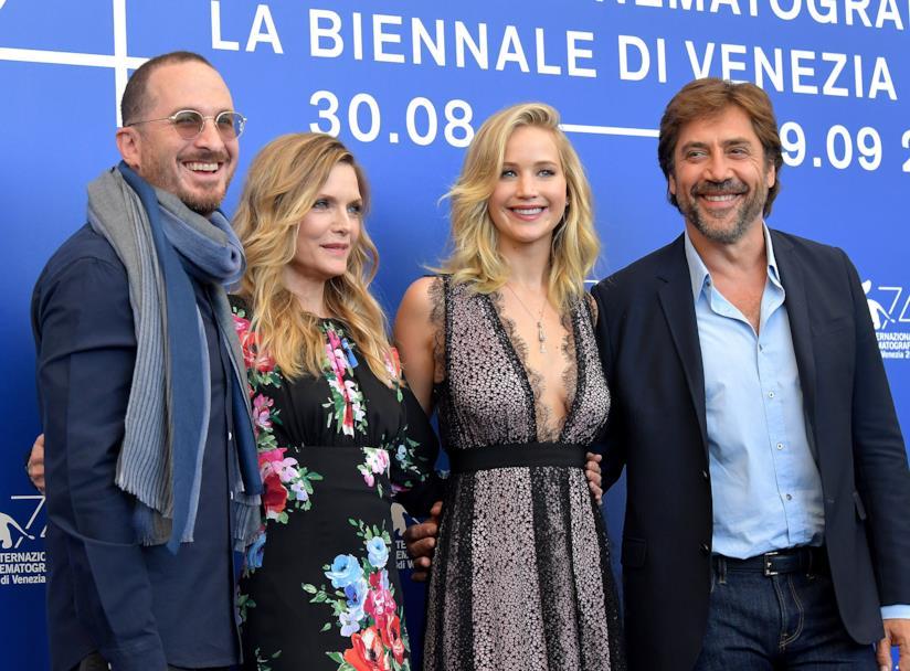 Jennifer Lawrence con cast e regista di Madre!